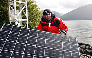 WWF Senior Science Officer Hussein Alidina helping set up a solar panel for a wind and solar ... / ©: Jo Anne Walton / WWF-Canada
